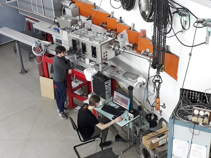 копия Студенты работают на учебной станции бункер СИ ВЭПП 4 фото предоставлено Б. Гольденбергом